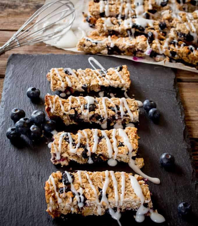 Blueberry and Greek Yoghurt Granola Bars - a healthy make-ahead breakfast made with fresh and dried blueberries