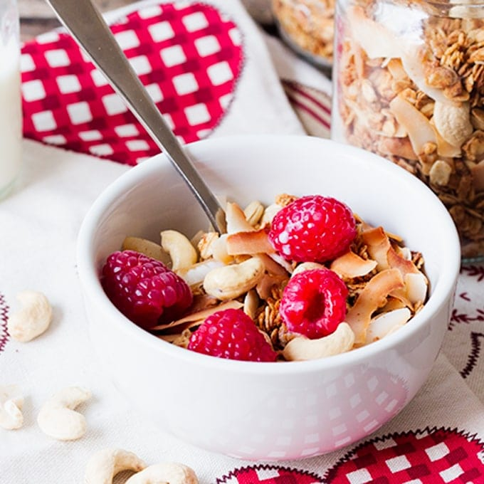 White Chocolate Coconut Cashew Granola, A wholesome and tasty granola - made using delicious homemade white-chocolate-coconut-cashew-butter.