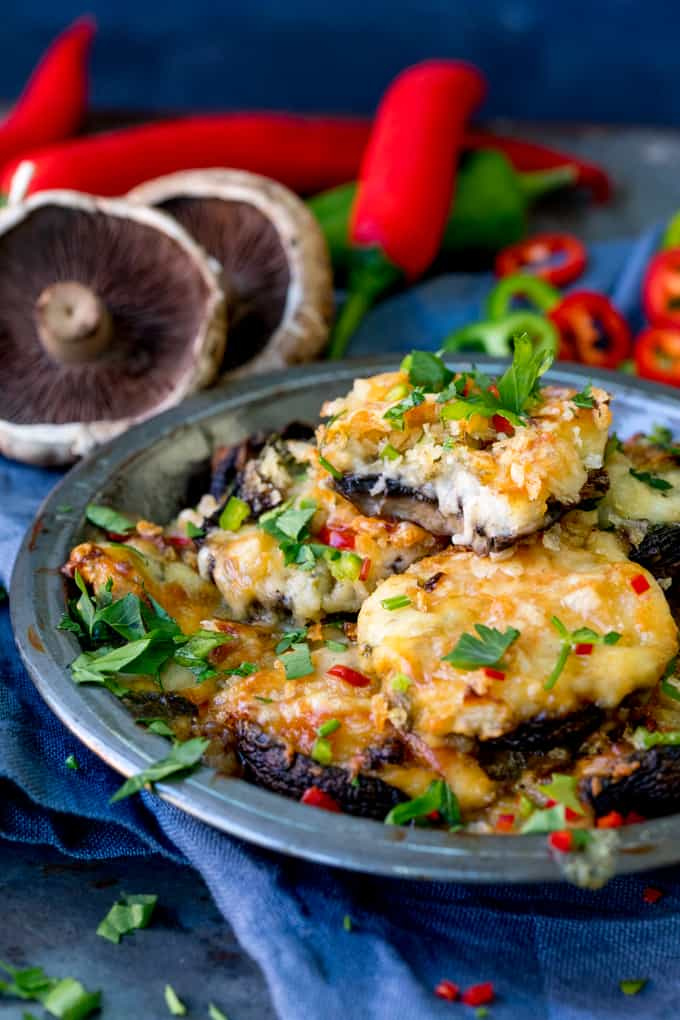 Cheesy Garlic and Chilli Stuffed Mushrooms - a spicy lunch for Meatless Mondays! #stuffedmushrooms #meatlessmonday #vegetarianlunch