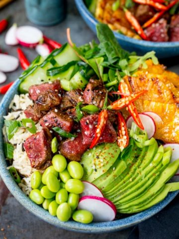 Lightening things up without forfeiting any of the flavour in this seared steak poke bowl! A meaty twist on the Hawaiian classic!