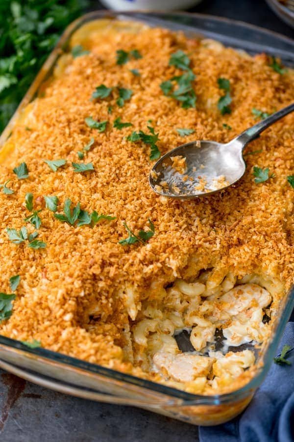 Mac and Cheese with Garlic Chicken (no packet mixes). We're talking THREE cheeses, tender garlic chicken pieces and a golden, crunchy topping. Not forgetting the creamiest delicious sauce (no cream included!). #macncheese #macandcheese #garlicchicken #pasta #cheesesauce