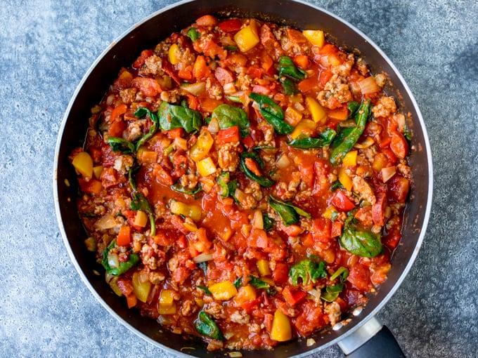 Pan with mince, chorizo, tomatoes and spinach