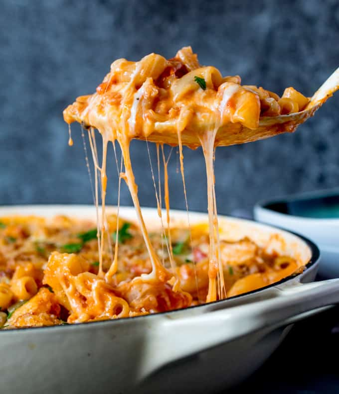 When you need that cheesy creamy goodness of Mac and Cheese but want a little something extra, this version with chicken, bacon and tomato totally hits the spot! #macncheese #pastabake #onepot #onepotpasta #onepan #bacon #pasta